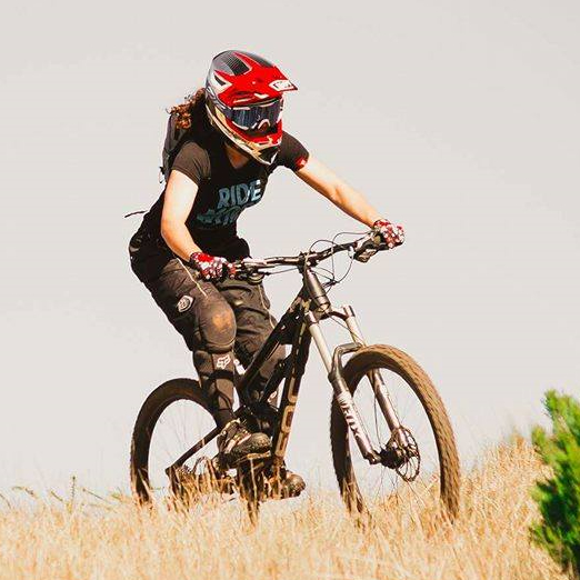 Carolina Costa mountain biker